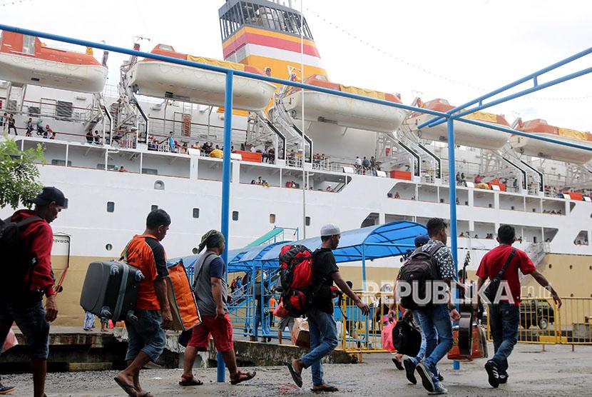Calon penumpang berjalan menuju tangga kapal milik PT Pelni KM Nggapulu yang merapat di Pelabuhan Ambon, Maluku, Senin (11/6).