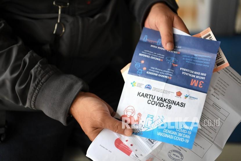 Calon penumpang Kereta Api Jayabaya tujuan Malang menunjukan kartu vaksinasi di Stasiun Pasar Senen, Jakarta.