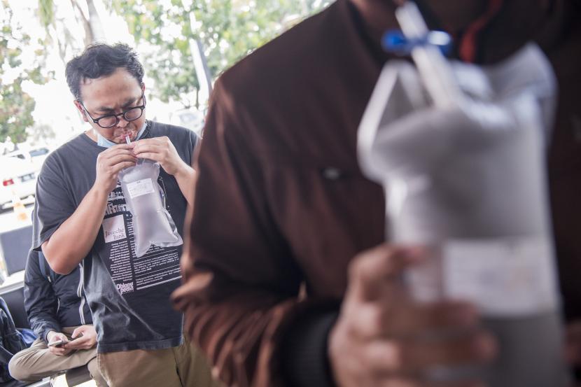 Calon penumpang kereta api menghembuskan nafas ke dalam kantong saat mengikuti tes deteksi Covid-19 dengan metode Gajah Mada Electric Nose Covid-19 (GeNose C19) di Stasiun Bandung, Kota Bandung, Jawa Barat (ilustrasi)