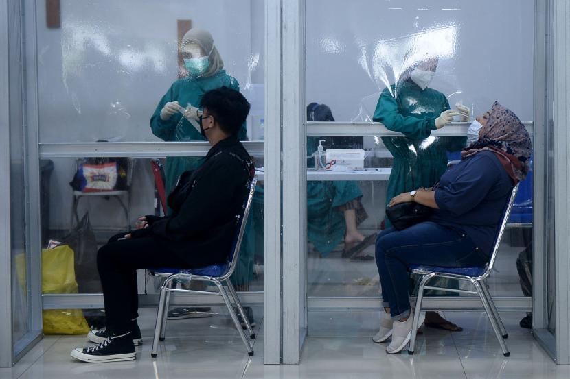 Tes Rapid Antigen di Stasiun Turun Jadi Rp 45 Ribu. Calon penumpang kereta api mengikuti dites swab antigen COVID-19 di Stasiun Pasar Senen, Jakarta.
