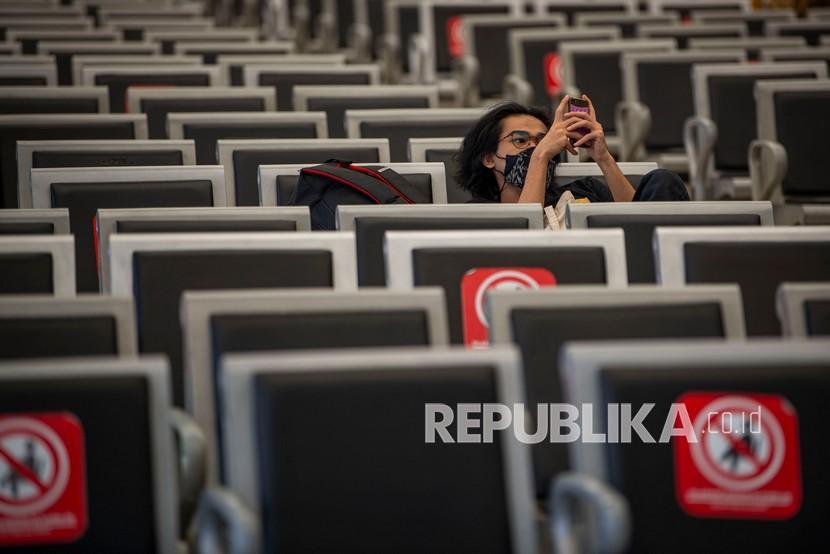 Calon penumpang kereta api menunggu jadwal keberangkatan kereta api saat masa Pemberlakuan Pembatasan Kegiatan Masyarakat (PPKM) Level 4 di Stasiun Pasar Senen, Jakarta, Selasa (3/8/2021). Meski menurut Gubernur Anies Baswedan kasus aktif harian COVID-19 Jakarta menurun hampir 100.000 orang dalam dua pekan terakhir, pemerintah masih memperpanjang PPKM Level 4 hingga 9 Agustus 2021 di Ibukota.
