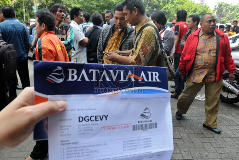 Calon penumpang maskapai Batavia Air menunggu kepastian pengembalian tiket di kantor pusat maskapai tersebut di Jalan Angkasa, Kemayoran, Jakarta, Kamis (31/1).   (Republika/Aditya Pradana Putra)