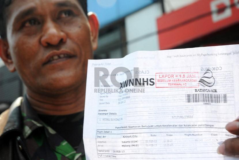 Calon penumpang maskapai Batavia Air menunggu kepastian pengembalian tiket di kantor pusat maskapai tersebut di Jalan Angkasa, Kemayoran, Jakarta,Kamis (31/1).  (Republika/Aditya Pradana Putra)