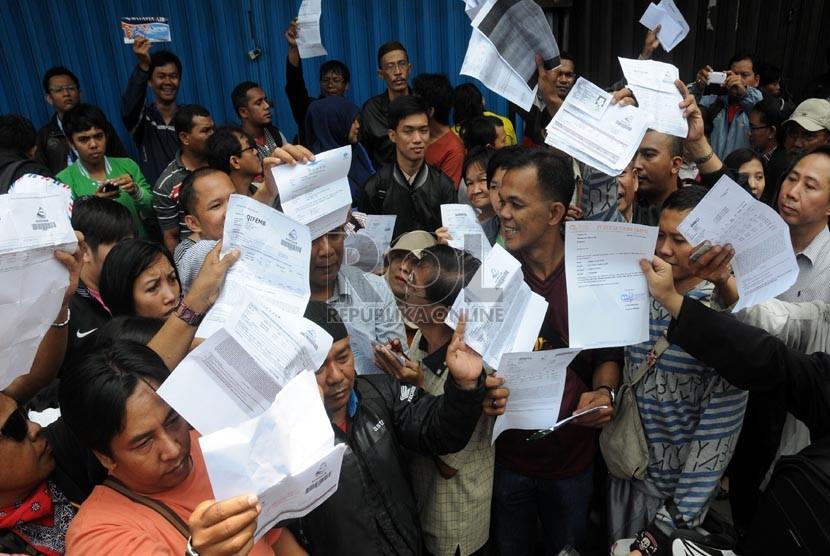Calon penumpang maskapai Batavia Air menunjukkan bukti pembelian tiket di kantor pusat maskapai tersebut di Jalan Angkasa, Kemayoran, Jakarta, Kamis (31/1). (Republika/Aditya Pradana Putra)