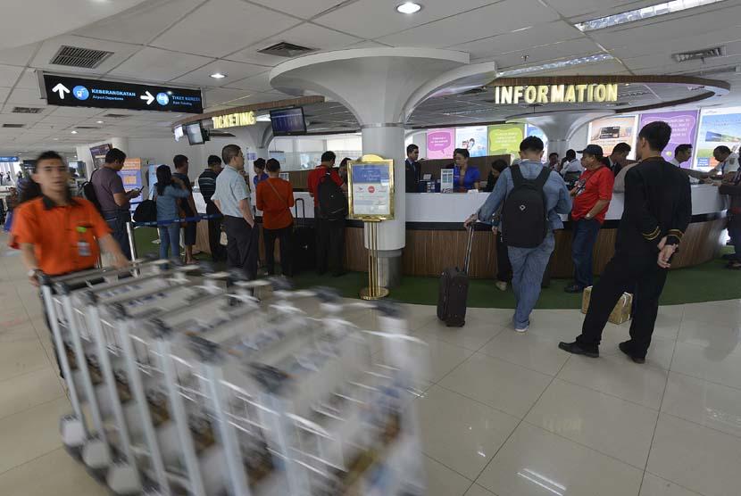 Calon penumpang melakukan registrasi tiket pesawat sebelum naik kereta api menuju Bandara Internasional Kualanamu (ilustrasi)