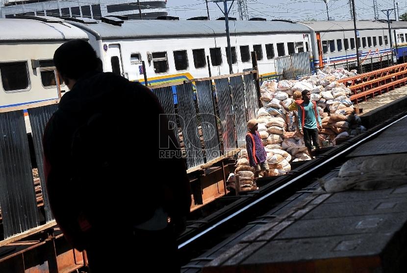 calon penumpang melintasi proyek pembangunan terowongan bawah tanah di Stasiun Kereta Api Manggarai, Jakarta Selatan, Senin (20/4). (Republika/Rakhmawaty La'lang)