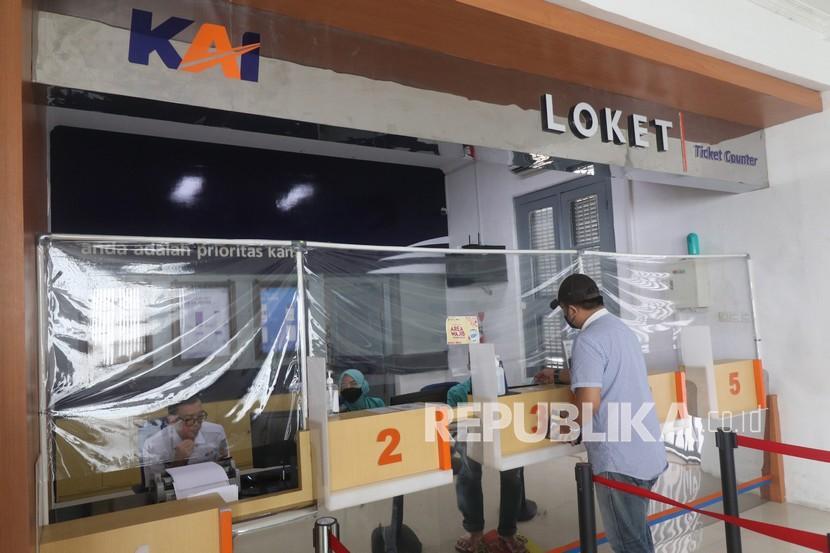 Calon penumpang membeli tiket kereta api lokal Dhoho di Stasiun Kota Kediri, Jawa Timur, Rabu (22/9/2021). PT Kereta Api Indonesia Daop 7 kembali mengoperasikan tiga perjalanan kereta api lokal dengan menerapkan protokol kesehatan seiring penetapan status Pemberlakuan Pembatasan Kegiatan Masyarakat (PPKM) level 1 dan level 2 di sejumlah daerah di Jawa Timur.