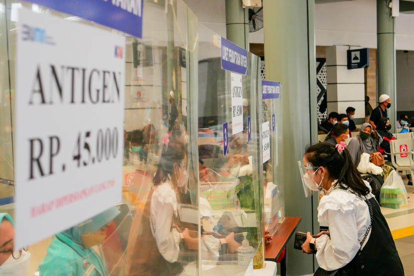 Calon penumpang mendaftar tes cepat Antigen COVID-19 di Stasiun Pasar Senen, Jakarta, Jumat (24/9/2021). PT Kereta Api Indonesia (Persero) menurunkan tarif rapid tes Antigen di seluruh stasiun yang dikelolanya dari Rp85.000, kini menjadi Rp45.000.