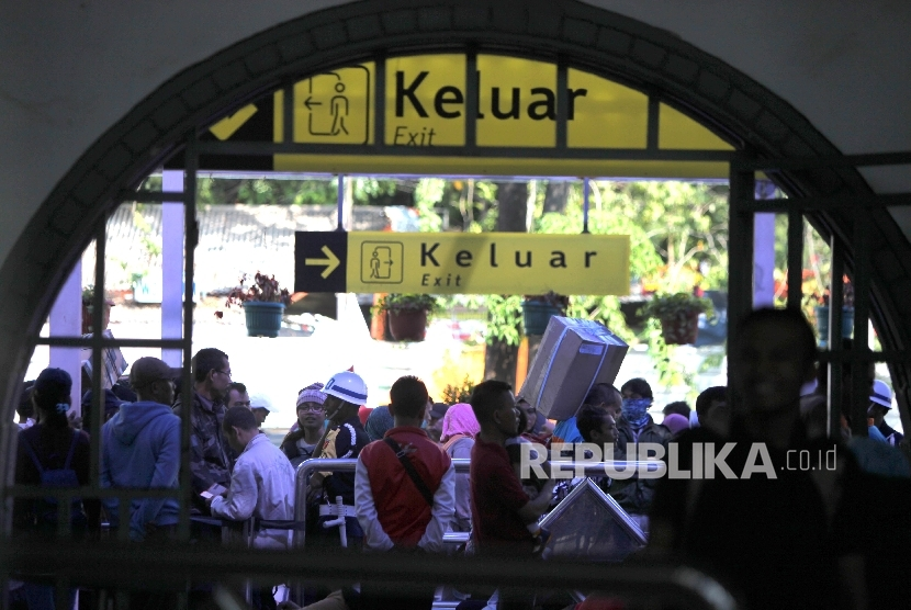Eid travellers continues to arrive at Senen railway station on Tuesday.