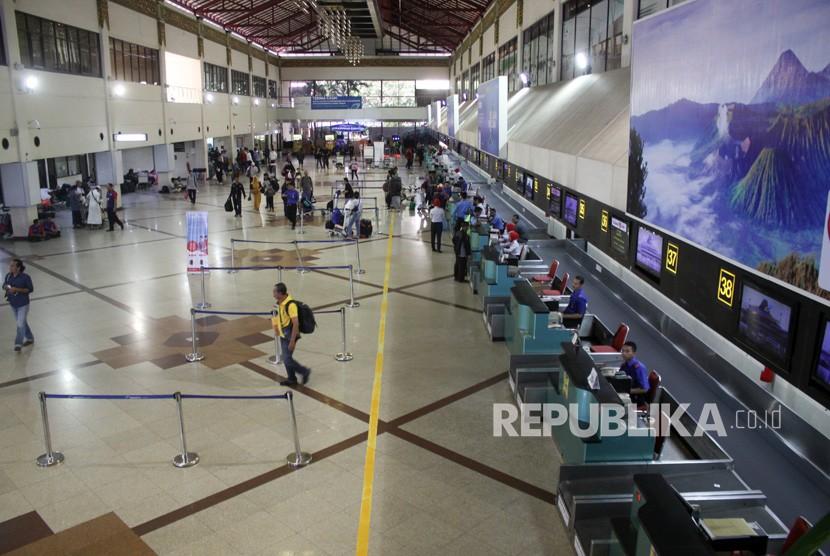 Calon penumpang mengantre di loket check in Bandara Internasional Juanda Surabaya di Sidoarjo, Jawa Timur, Senin (20/5/2019).