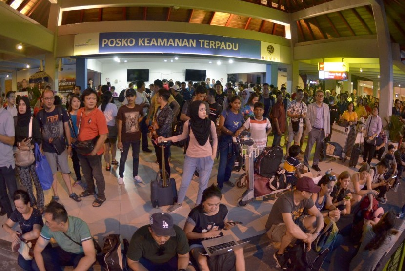 Calon penumpang menunggu jadwal penerbangan saat terjadi kebakaran di kawasan Terminal Keberangkatan Domestik Bandara Internasional I Gusti Ngurah Rai, Bali, Jumat (19/4/2019).
