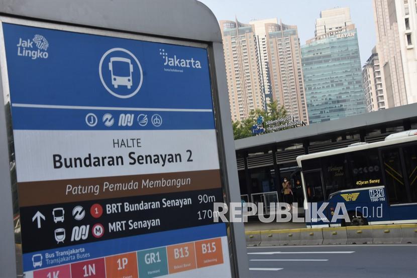 Calon penumpang menunggu kedatangan bus TransJakarta di Halte Bunderan Senayan, Jakarta , Kamis (29/7/2021). PT JakLingko Indonesia akan menerapkan tarif integrasi antarmoda yang lebih terjangkau bagi masyarakat Jabodetabek pengguna transportasi di bawah jaringan pembayaran JakLingko, seperti PT KCI (Kereta Commuter Indonesia), MRT, LRT dan TransJakarta mulai tahun 2022.