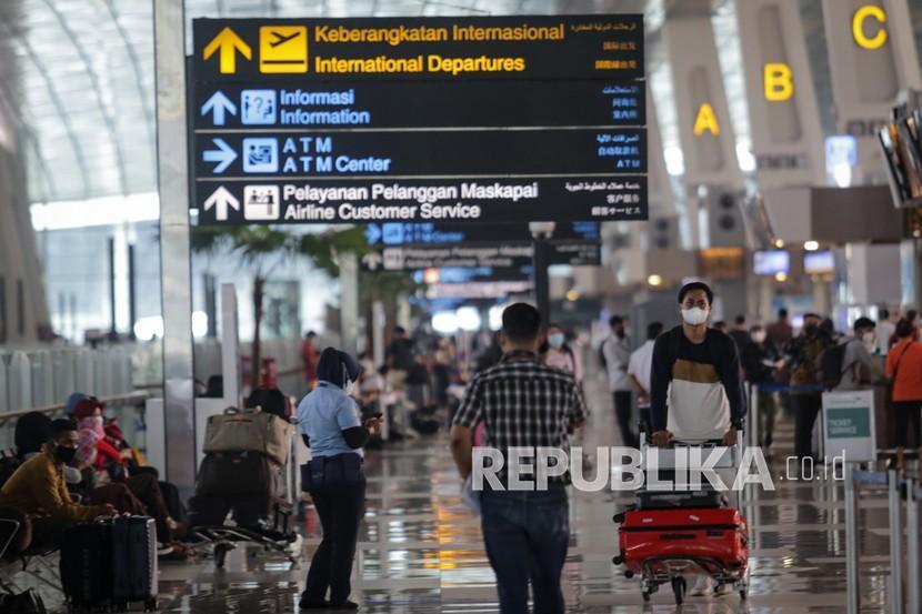 Calon penumpang pesawat berjalan di area Terminal 3 Bandara Internasional Soekarno Hatta, Tangerang, Banten, Selasa (21/9/2021). Kementerian Perhubungan menyatakan pintu masuk untuk penerbangan internasional hanya melalui Bandara Soekarno Hatta, Tangerang dan Bandara Sam Ratulangi, Manado sebagai pencegahan penyebaran varian Mu (B.1.621) masuk ke Indonesia melalui simpul-simpul transportasi yang melayani rute internasional.