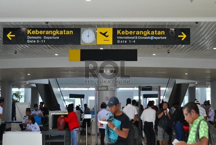Calon penumpang usai check in untuk naik pesawat di Bandara Sepinggan, Balikpapan, Sabtu (22/3).