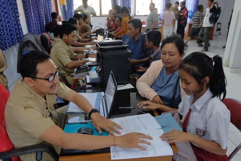Calon peserta didik baru didampingi orang tuanya melakukan pendaftaran Penerimaan Peserta Didik Baru (PPDB) jalur zonasi serta jalur kurang mampu dan inklusi di Rumah Pintar, Denpasar, Bali, Senin (24/6/2019).
