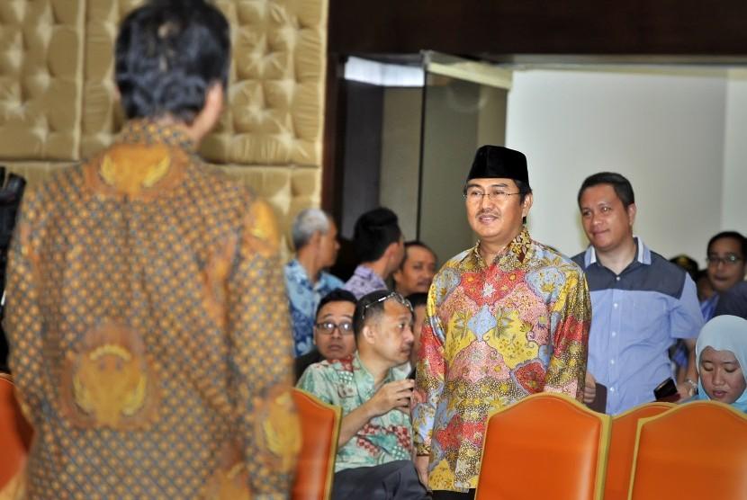 Calon pimpinan Komisi Pemberantasan Korupsi (KPK) Jimly Asshiddiqie (tengah) mengikuti wawancara terbuka di hadapan Panitia Seleksi (Pansel) Capim KPK, Jakarta, Selasa (25/8).