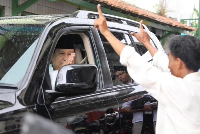 Calon presiden (capres) nomo urut 02 Prabowo Subianto usai menggelar shalat jumat di Masjid Kauman Semarang, Jawa Tengah. Jumat (15/2).