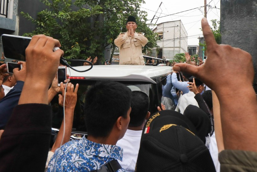 Presidential candidate number 02 Prabowo Subianto (center) greets his supporters in Surabaya, East Java, Tuesday (Feb 19).