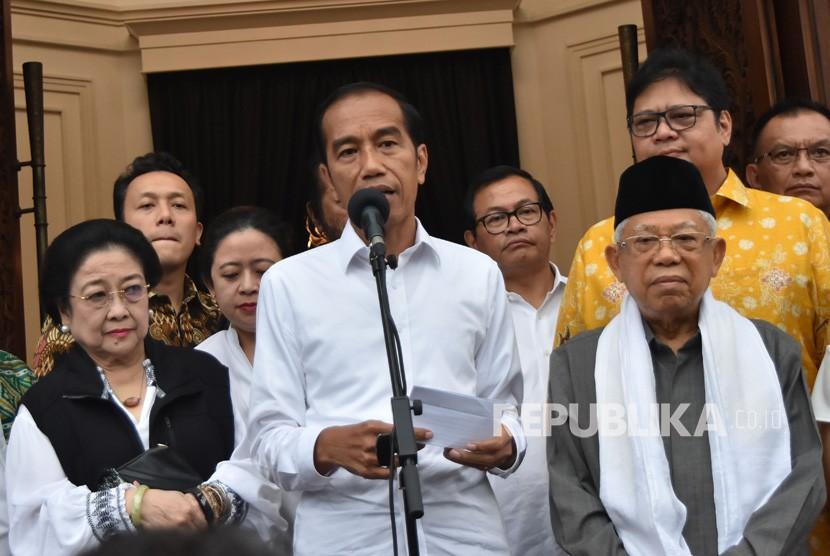 Calon presiden dan calon wakil presiden nomor urut 01 Joko Widodo (tengah) dan Ma'ruf Amin (kanan) didampingi pimpinan partai yang tergabung Koalisi Indonesia Kerja memberikan keterangan kepada awak media massa usai pertemuan konsolidasi di Menteng, Jakarta Pusat, Kamis (18/4/2019).