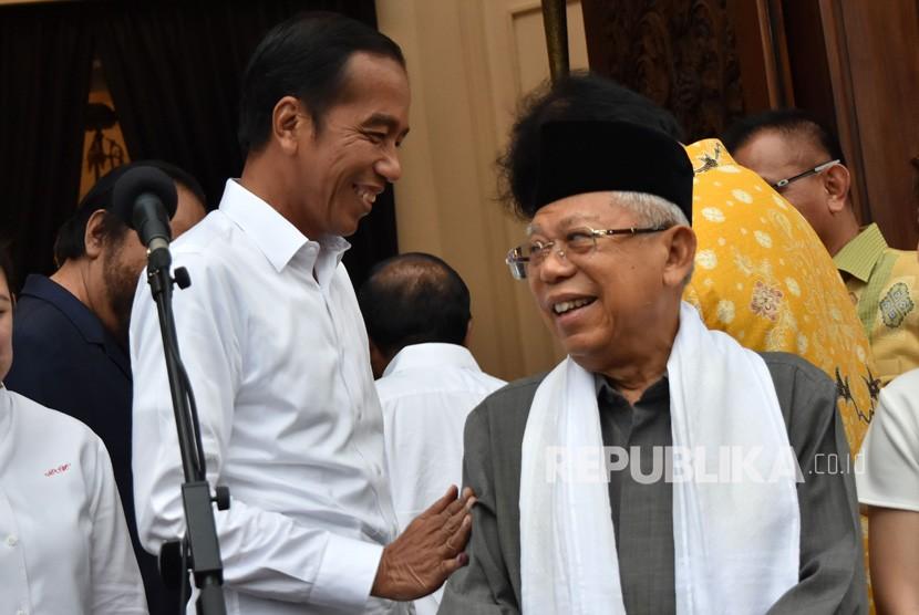 Calon presiden dan calon wakil presiden nomor urut 01 Joko Widodo (kiri) dan Ma'ruf Amin berbincang usai pertemuan koalisi dengan pimpinan partai yang tergabung Koalisi Indonesia Kerja di Menteng, Jakarta Pusat, Kamis (18/4/2019).