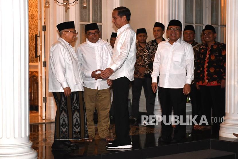 Calon Presiden dan Wakil Presiden nomor urut 01 Joko Widodo (tengah) dan Ma'ruf Amin (kiri) bersiap memberikan keterangan pers terkait sidang putusan perselisihan hasil pemilihan umum (PHPU) Pilpres 2019 di Jakarta, Kamis (27/6/2019).