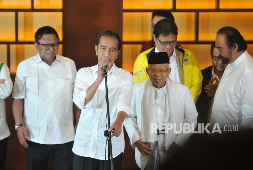 Calon Presiden Joko Widodo bersama calon wakil presiden Ma'ruf Amin dan para ketua partai koalisi menggelar konfrensi pers di Djakarta Theater, Jakarta, Kamis (17/4).