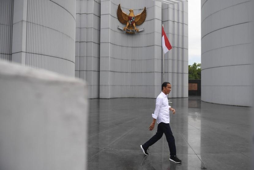 Calon Presiden Joko Widodo (tengah) menghadiri deklarasi Alumni Jabar Ngahiji di Monumen Perjuangan Kota Bandung, Jawa Barat, Minggu (10/3).