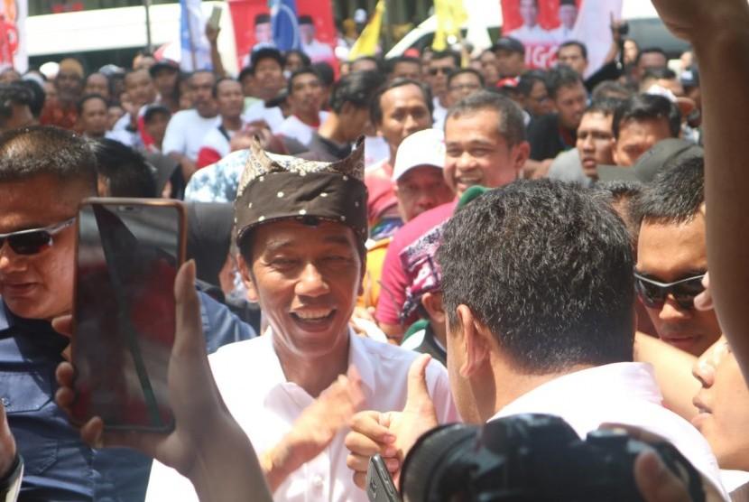 Calon presiden nomor urut (01) Joko Widodo (Jokowi) saat tiba di lapangan Blambangan, Banyuwangi, Jawa Timur,  Senin (25/3).