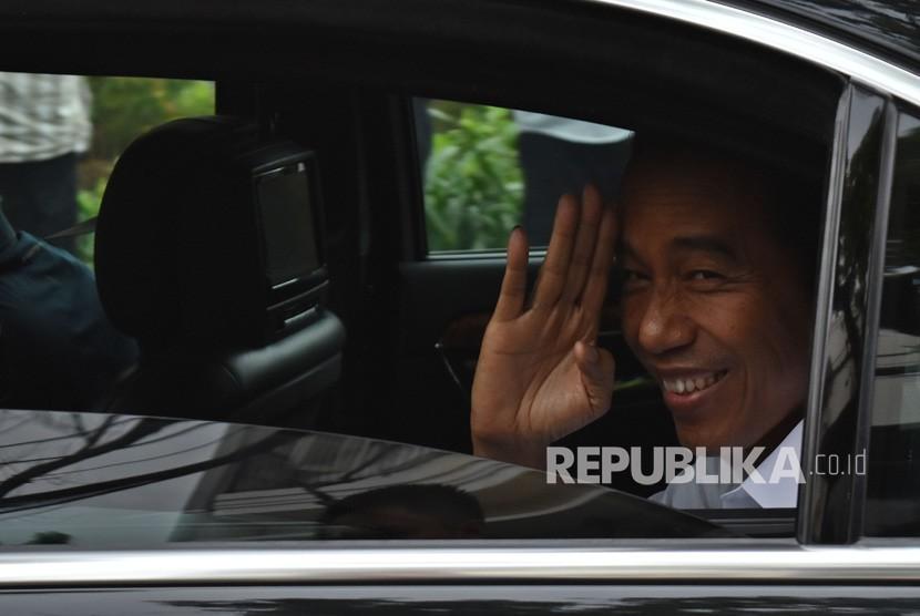 Calon presiden nomor urut 01 Joko Widodo melambaikan tangan usai pertemuan konsolidasi bersama pimpinan partai yang tergabung Koalisi Indonesia Kerja di Menteng, Jakarta Pusat, Kamis (18/4/2019).