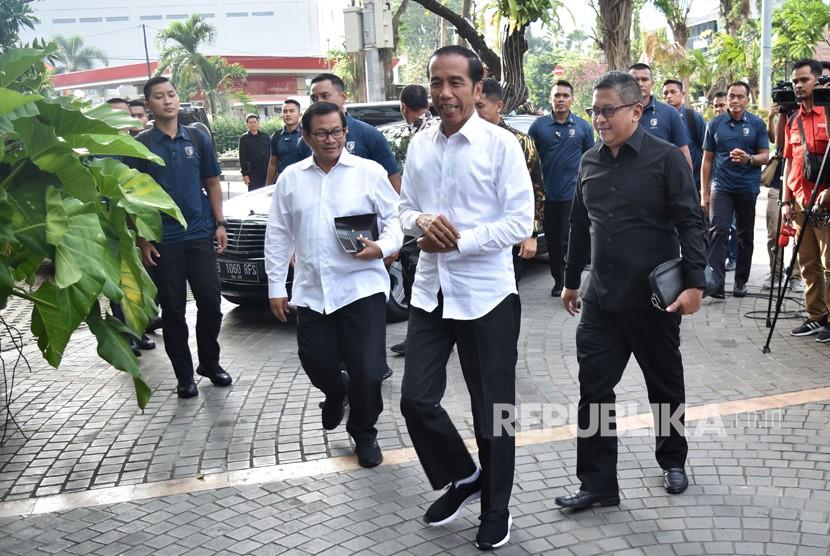 Calon presiden nomor urut 01 Joko Widodo (tengah) berjalan menjelang pertemuan konsolidasi bersama pimpinan partai yang tergabung Koalisi Indonesia Kerja di Menteng, Jakarta Pusat, Kamis (18/4/2019).