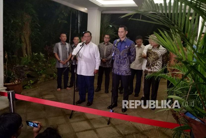 Calon presiden nomor urut 02 Prabowo Subianto dan Komandan Komando Tugas Bersama (Kogasma) Agus Harimurti Yudhoyono menggelar konferensi pers di kediaman Prabowo di Kertanegara IV, Kebayoran Baru, Jakarta, Kamis (14/3).