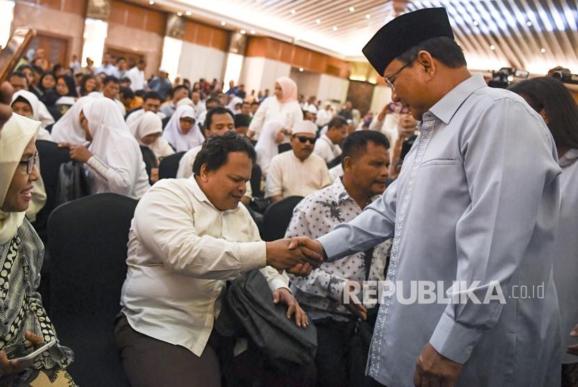 Calon Presiden nomor urut 02 Prabowo Subianto (kanan) menyalami penyandang disabilitas saat menghadiri peringatan Hari Disabilitas Internasional di Jakarta, Rabu (5/12/2018).