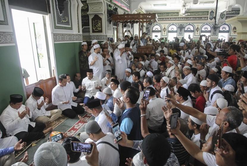 Calon Presiden nomor urut 02 Prabowo Subianto (kiri) berdoa usai melaksanakan salat jumat di Masjid Al-Azhar, Jakarta, Jumat (19/4/2019).