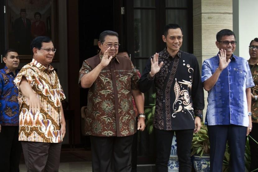 Calon Presiden nomor urut 02 Prabowo Subianto (kiri), Ketua Umum Partai Demokrat Susilo Bambang Yudoyono (kedua kiri), Komandan Kogasma DPP Partai Demokrat Agus Harimurti Yudhoyono (kedua kanan) dan Sekjen Partai Demokrat Hinca Panjaitan (kanan) berfoto bersama sebelum melakukan petemuan di Kediaman Susilo Bambang Yudhoyono, di kawasan Mega Kuningan, Jakarta, Jumat (21/12/2018).