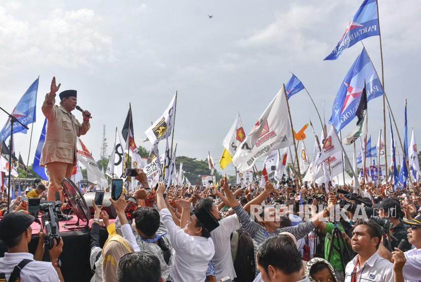 Calon Presiden nomor urut 02 Prabowo Subianto (kiri) menyampaikan orasi politiknya dalam kampanye terbuka di lapangan Karang Pule, Mataram, NTB, Selasa (26/3/2019).