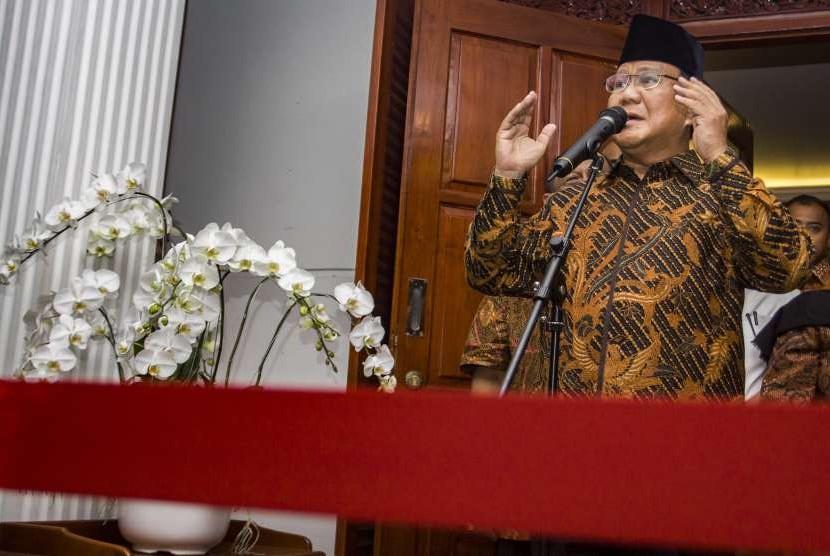 Calon Presiden nomor urut 02 Prabowo Subianto memberikan keterangan pers mengenai penganiayaan anggota BPN Ratna Sarumpaet, di Jalan Kertanegara, Jakarta, Selasa (2/10).