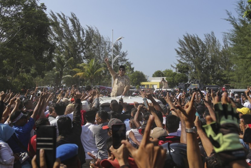 Calon Presiden nomor urut 02 Prabowo Subianto menyapa masyarakat Batam saat tiba di Mega Wisata Ocarina Batam, Kepulauan Riau, Rabu (13/3/2019).