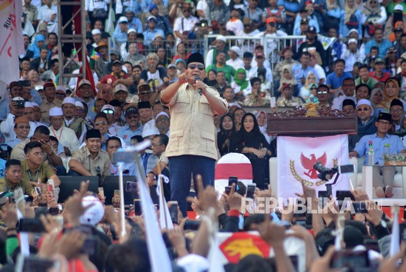 Calon Presiden nomor urut 02 Prabowo Subianto menyapa pendukungnya saat kampanye akbar di Stadion Gelora Delta Sidoarjo, Jawa Timur, Ahad (31/3/2019).