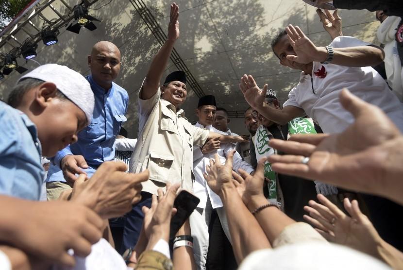 Calon Presiden nomor urut 02 Prabowo Subianto menyapa pendukungnya saat menghadiri acara Syukur Kemenangan Indonesia di Kediamannya, Jalan Kertanegara, Jakarta, Jumat (19/4/2019).