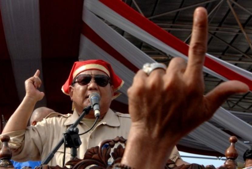 Calon presiden nomor urut 02 Prabowo Subianto menyapa simpatisannya saat melakukan kampanye terbuka di Lapangan Karebosi Makassar, Sulawesi Selatan, Ahad (24/3/2019). Kampanye terbuka calon presiden nomor dua tersebut dihadiri puluhan ribu simpatisannya dan dalam orasi politik Prabowo meminta agar seluruh simpatisannya menjaga kedamaian dan keamanan pada Pilpres 2019.
