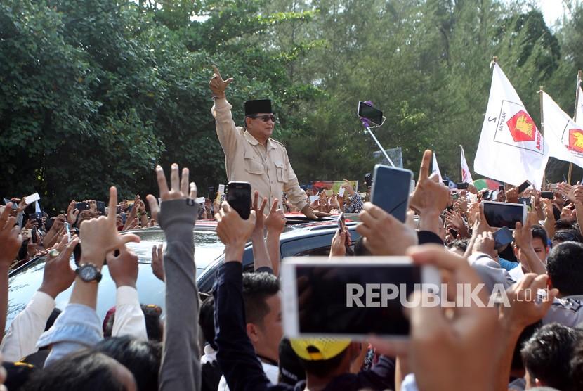 Calon presiden nomor urut 02 Prabowo Subianto menyapa warga saat kampanye di Bengkulu, Kamis (14/3/2019).