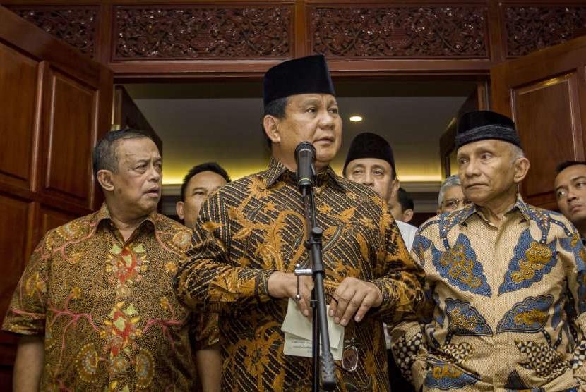 Calon Presiden nomor urut 02 Prabowo Subianto (tengah) bersama Ketua Badan Pemenangan Nasional (BPN) Djoko Santoso (kiri), dan Dewan Penasehat BPN Amien Rais (kanan) memberikan keterangan pers mengenai penganiayaan anggota BPN Ratna Sarumpaet, di Jalan Kertanegara, Jakarta, Selasa (2/10).