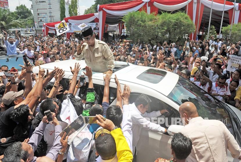 Calon Presiden nomor urut 02 Prabowo Subianto (tengah) menyapa pendukungnya saat kunjungan ke Jambi, Kamis (14/3/2019).