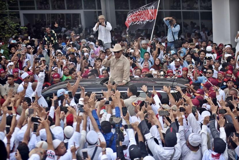 Calon Presiden nomor urut 02 Prabowo Subianto (tengah) menyapa pendukung-pendukungnya usai melakukan kampanye akbar di Stadion Utama Gelora Bung Karno (SUGBK), Senayan, Jakarta, Ahad (7/4).