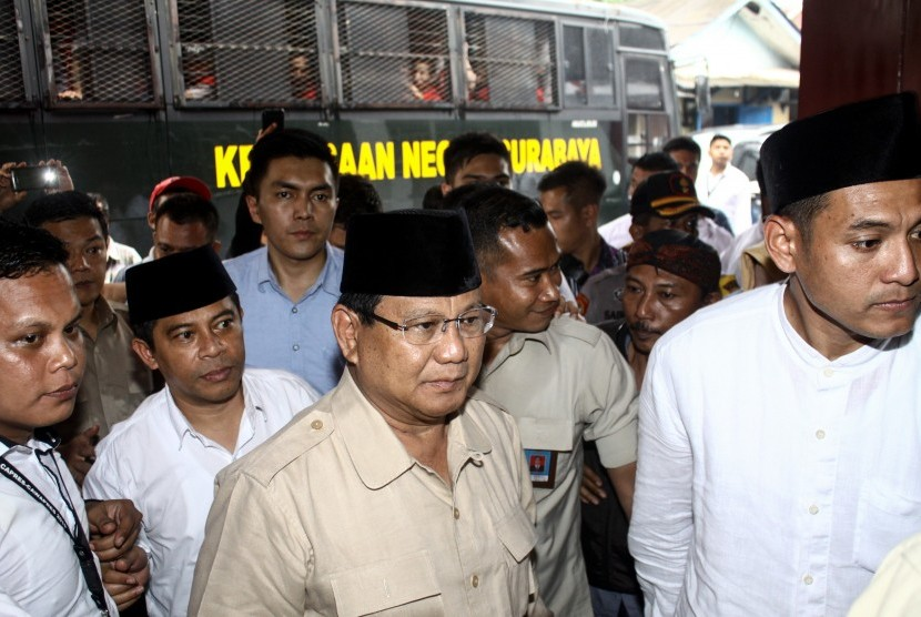 Presidential candidate number 02 Prabowo Subianto (center) arrives at the Medaeng Prison, in Sidoarjo, on Tuesday (Feb 19).