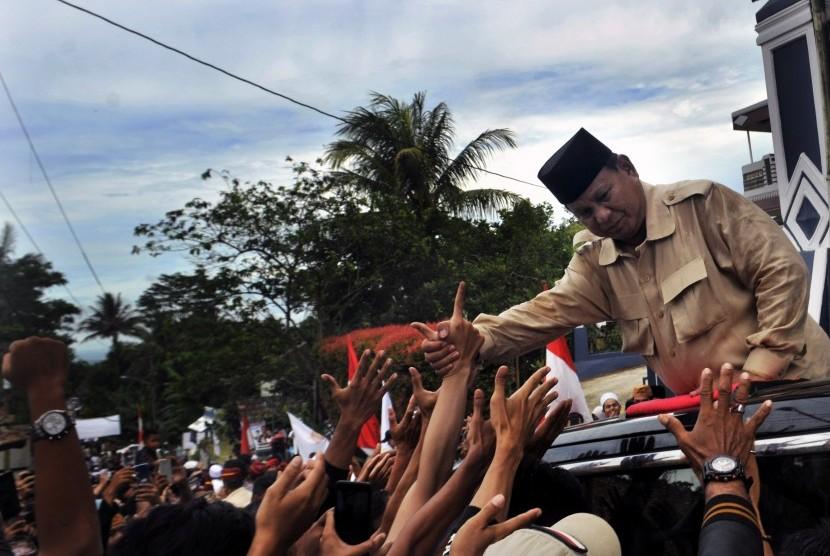 Calon Presiden nomor urut 02 Prabowo Subiyanto menyalami para pendukungnya di Kampung Cidahu, Pandeglang, Banten, Sabtu (16/3/2019).
