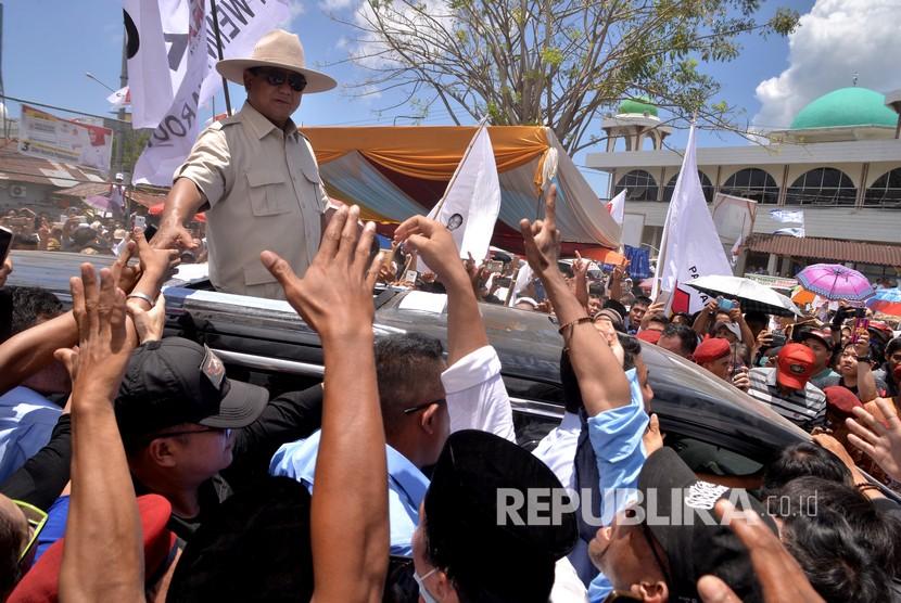 Calon Presiden nomor urut 2, Prabowo Subianto menyapa ribuan pendukungnya di lapangan Ketang Ternate Baru, Manado, Sulawesi Utara, Ahad (24/3/2019).