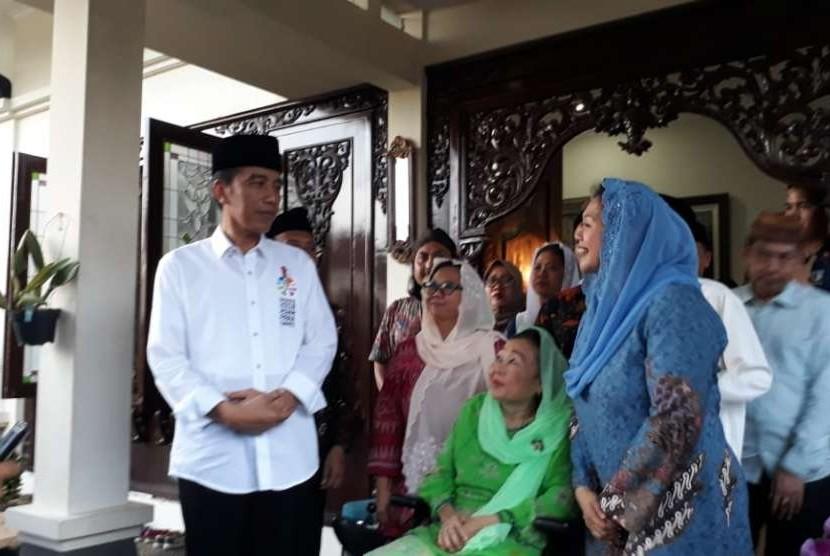 Bakal calon Presiden Indonesia, Prabowo Subianto (tengah) berbincang bersama    Istri Alm Abdurrahman Wahid  Shinta Nur Wahid (kanan) bersama sang anak Anak Yenny Wahid (kiri)  di kediaman Abdurrahman Wahid, Jakarta, Kamis (13/9).