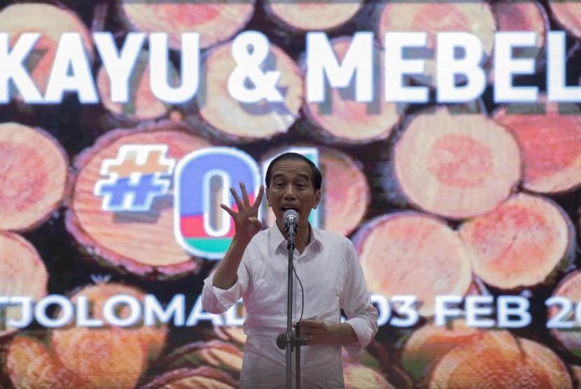 Calon Presiden petahana Joko Widodo menyampaikan sambutan saat menghadiri Deklarasi Sedulur Kayu dan Mebel Jokowi di The Tjolomadoe, Karanganyar, Jawa Tengah, Ahad (3/2/2019).