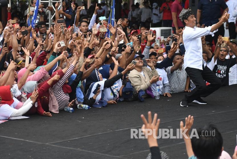 Calon Presiden petahana nomor urut 01 Joko Widodo berswafoto dengan pendukung saat kampanye terbuka di Banyuwangi, Jawa Timur, Senin (25/3). Hari ini Jokowi melaksanakan kampanye terbuka di Lhokseumawe, Aceh.